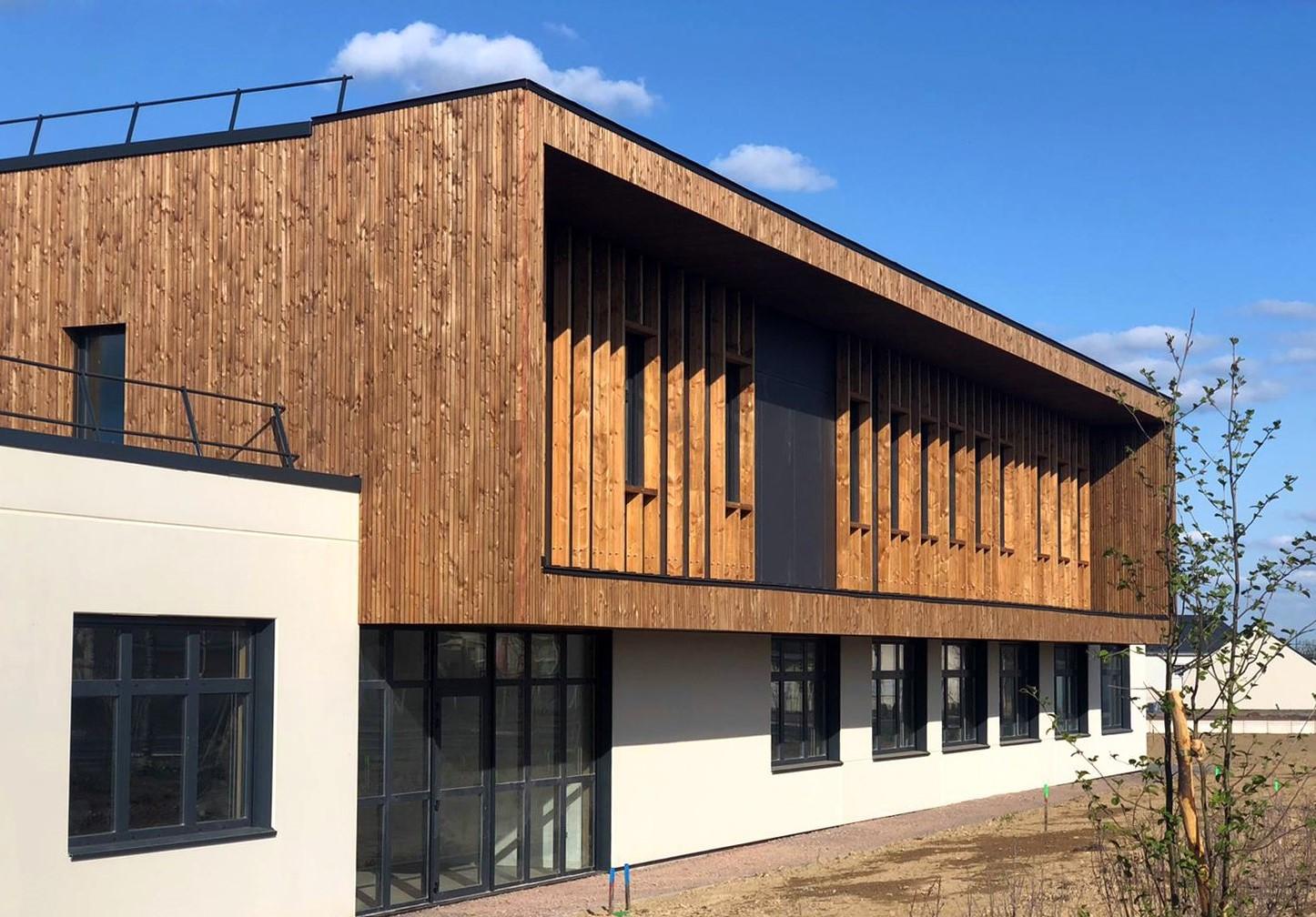 Extérieur en bois du collège de Loireauxence