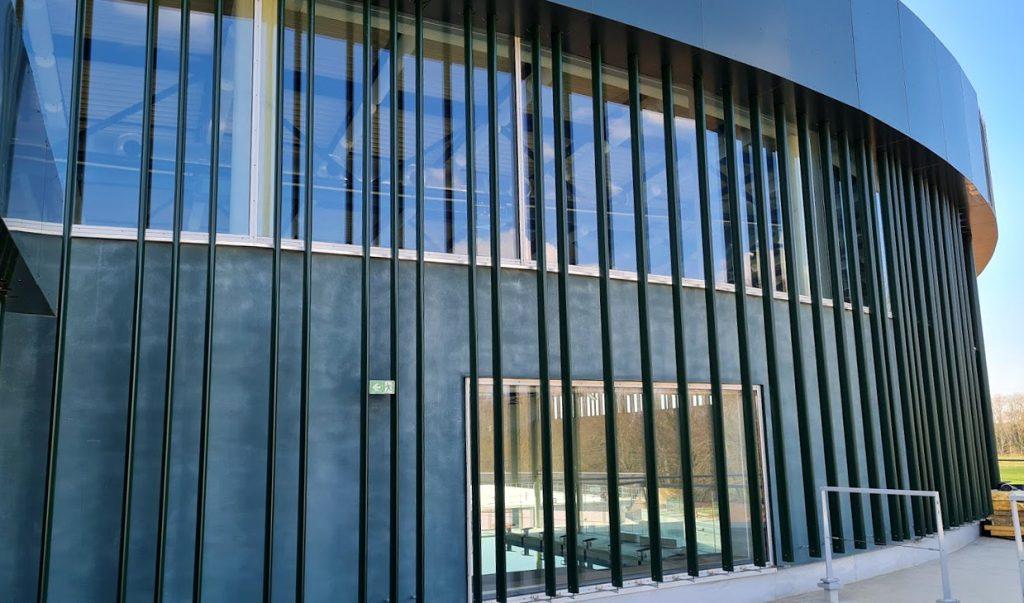 Brise-soleils de la façade du centre aquatique Balsan'éo