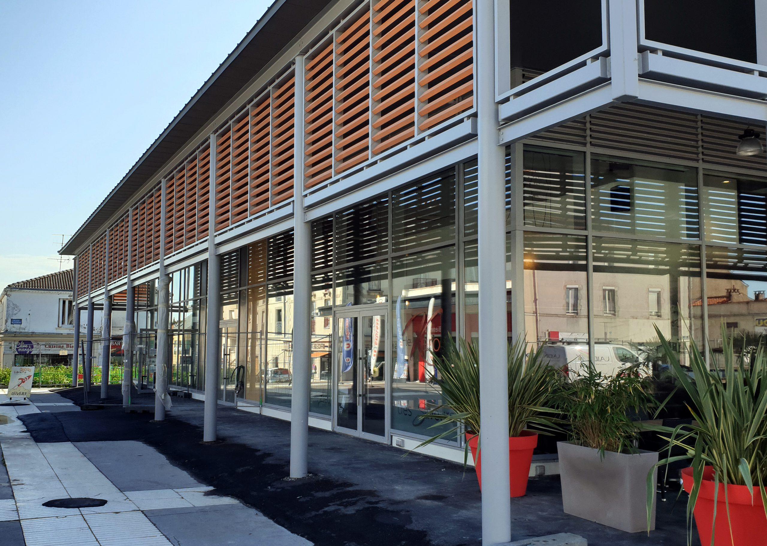 Quartier des Halles à la Roche-sur-Yon, vue sur les magasins/bars/restaurants et les brise-soleils