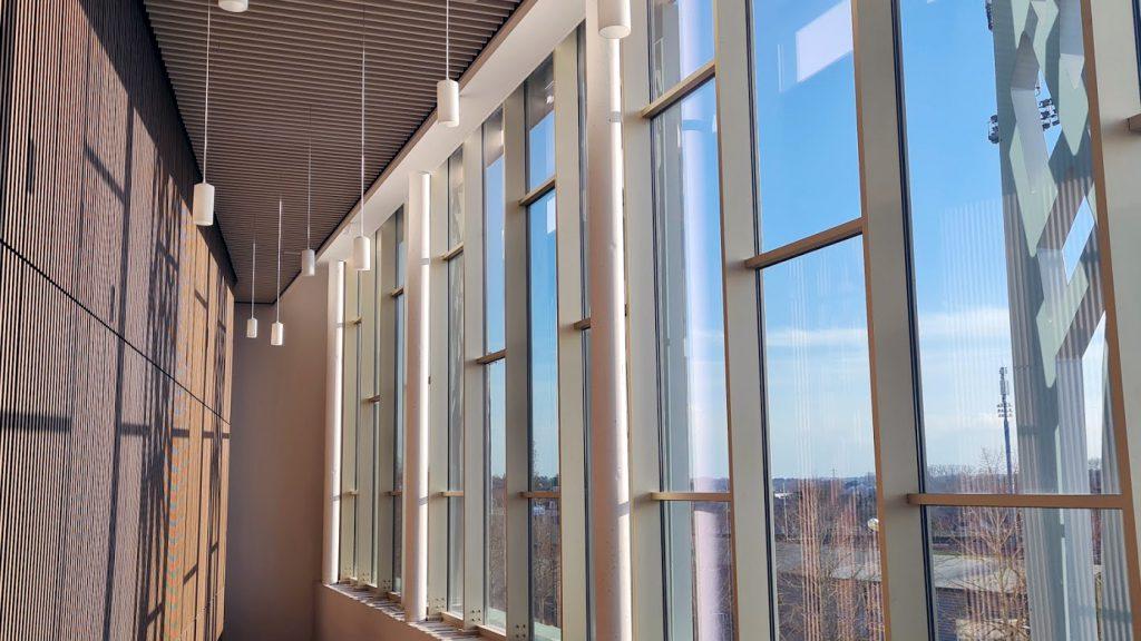 Couloir de la Maison de la Culture de Bourges, façade vitrée + lampadaires