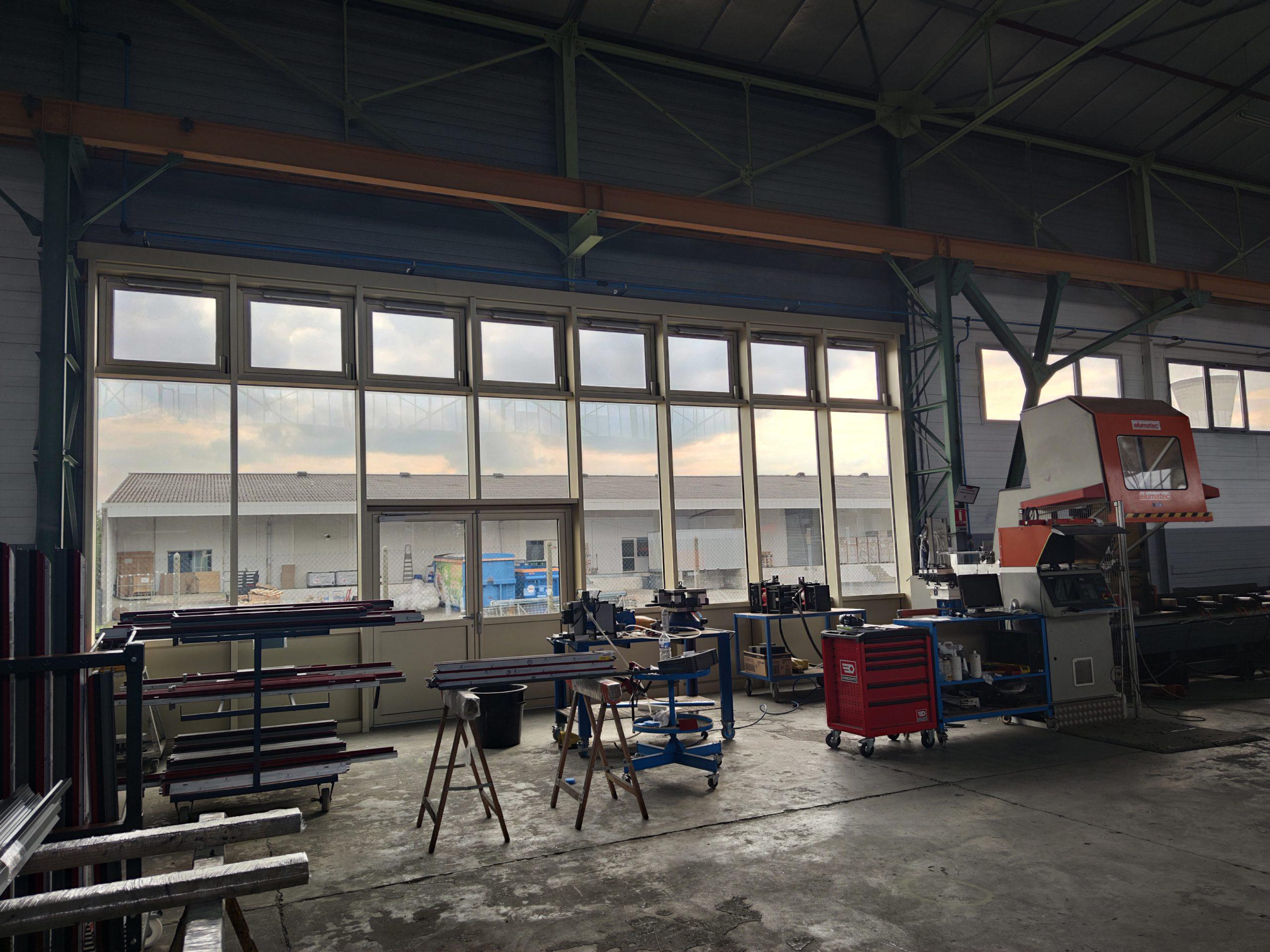 Façade vitrée de l'atelier vue de l'intérieur