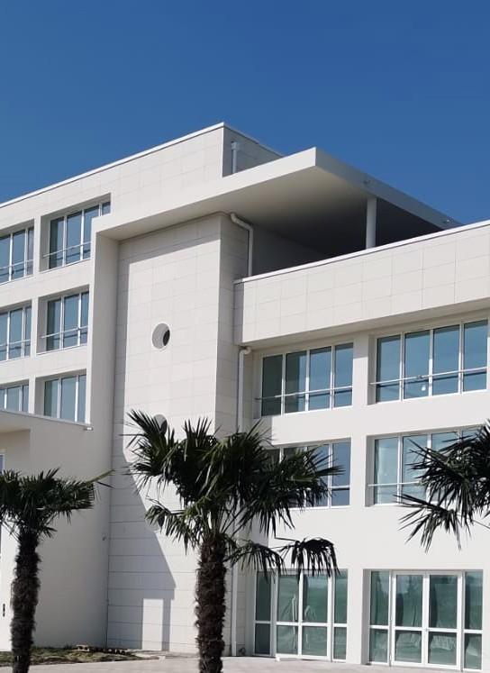 Façade de l'hôtel Westotel + ses palmiers