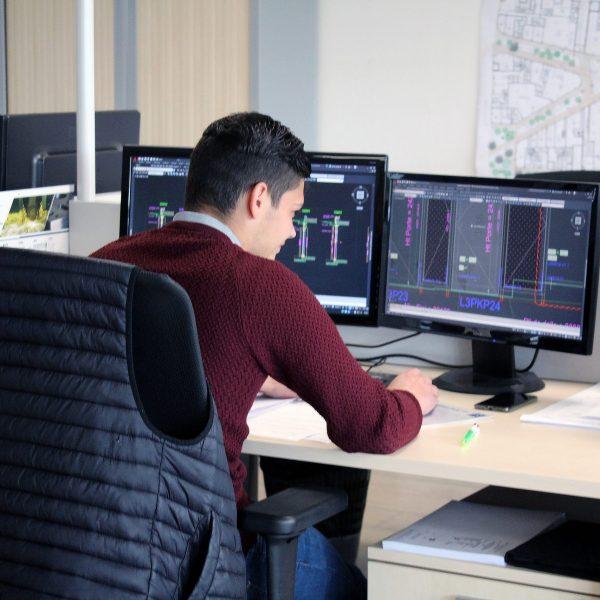 Un employé du bureau d'études sur un logiciel ordinateur
