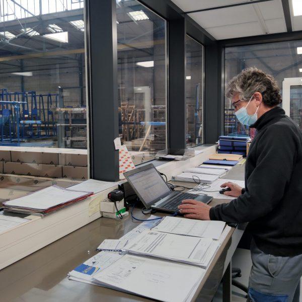 Le responsable production devant son ordinateur