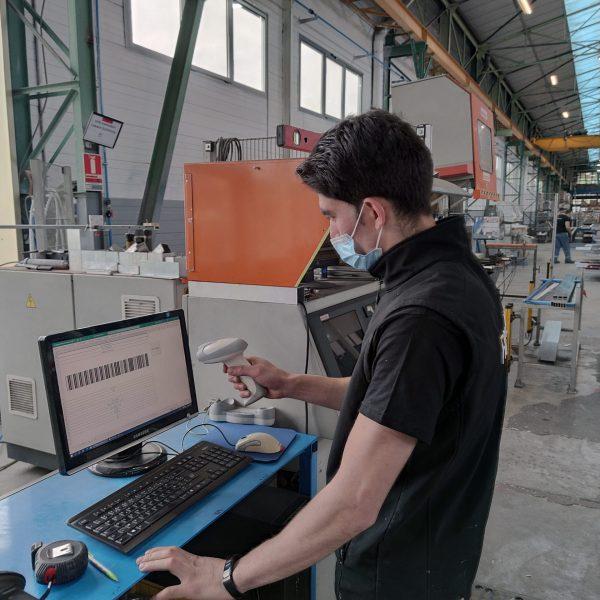 Un employé du service fabrication aluminium travaille sur un poste