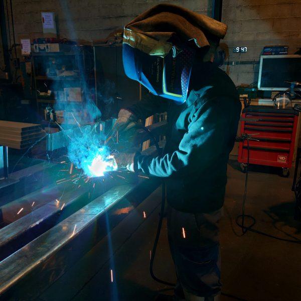 Un employé du service fabrication acier fait de la soudure